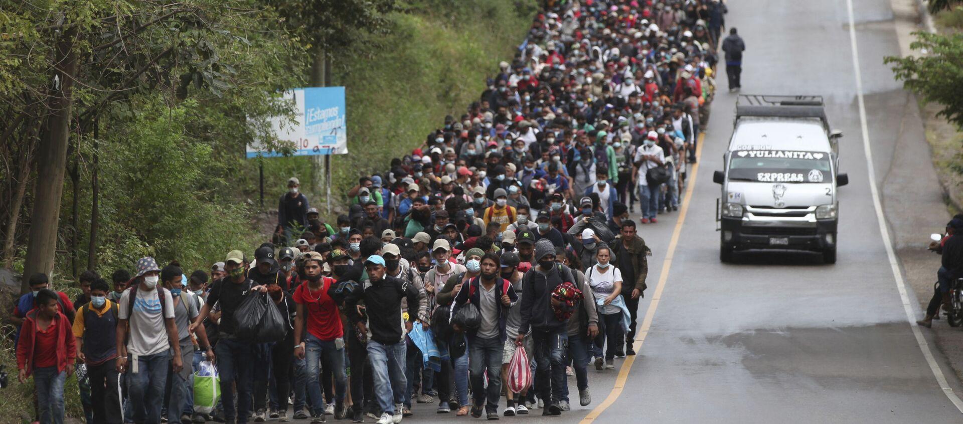 Honduran migrants hoping to reach the U.S. border walk alongside a highway in Chiquimula, Guatemala, Saturday, Jan. 16, 2021 - Sputnik International, 1920, 02.05.2021