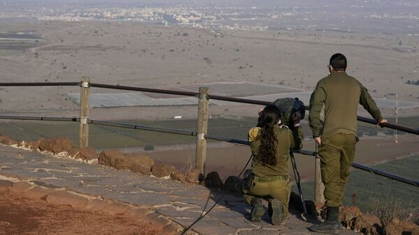 Israeli soldiers observe Al Qunaitra, Syria, across the border from Mount Bental in the Israeli-controlled Golan Heights, Thursday, Nov. 19, 2020, prior to a visit by Secretary of State Mike Pompeo and Israel's Foreign Minister Gabi Ashkenazi. - Sputnik International