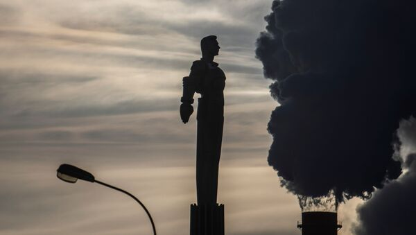 Steam rises from chimneys of a heating power plant near a monument of Soviet cosmonaut Yuri Gagarin, the first man in space, with the air temperature at about minus 20 degrees Celsius, in Moscow, Russia, January 17, 2021 - Sputnik International
