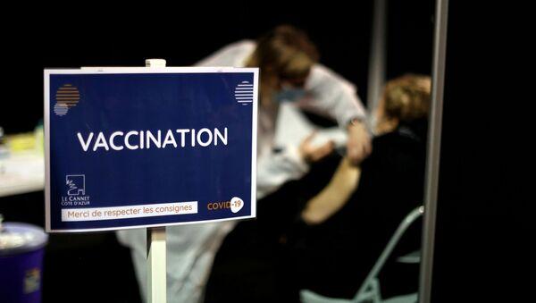 FILE PHOTO: A senior citizen receives the Moderna coronavirus disease (COVID-19) vaccine at a vaccination centre in Le Cannet, France, January 19, 2021 - Sputnik International