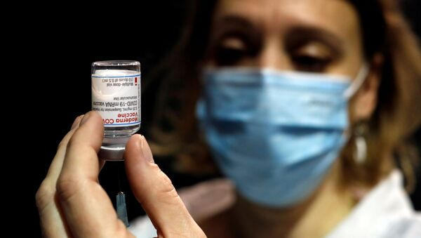 A health worker prepares a syringe with the Moderna coronavirus disease (COVID-19) vaccine at a vaccination center in Le Cannet, France, January 19, 2021 - Sputnik International