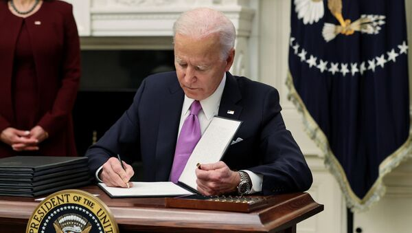 U.S. President Joe Biden signs an executive order as part of his administration's plans to fight the coronavirus disease (COVID-19) pandemic during a COVID-19 response event at the White House in Washington, 21 January 2021. - Sputnik International