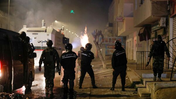 Security forces clash with demonstrators during anti-government protests in Tunis, Tunisia, January 18, 2021.  - Sputnik International