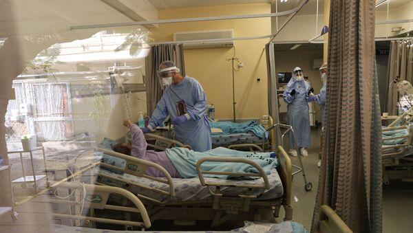 Doctor Guy Choshen, director of the COVID-19 ward in Ichilov Hospital, speaks to a patient inside the ward, in Tel Aviv, 10 Israel January 2021 - Sputnik International