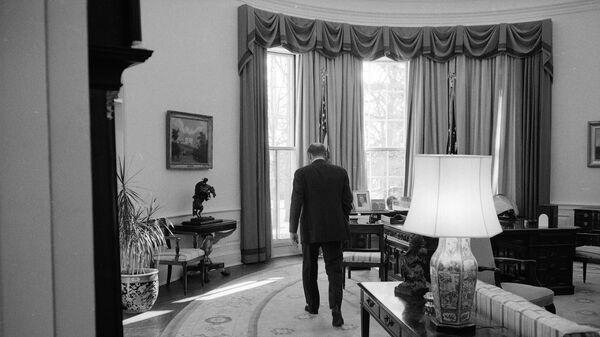 Президент США Джеральд Форд в последний день правления в Овальном кабинете в Белом доме, 1977 год - Sputnik International