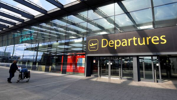 A passenger arrives at Gatwick Airport, as travel restrictions are eased following the coronavirus disease (COVID-19) outbreak, in Gatwick, Britain 10 July 2020. - Sputnik International