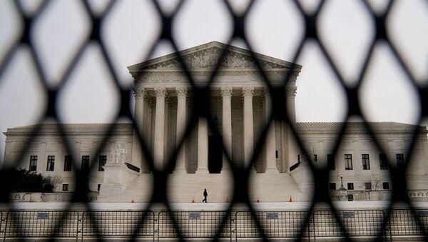 Security fencing surrounds the U.S. Supreme Court - Sputnik International