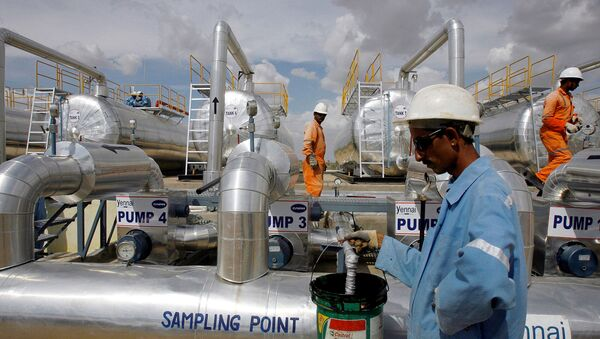 Cairn India employees work at a storage facility for crude oil at Mangala oil field at Barmer in the desert Indian state of Rajasthan August 29, 2009 - Sputnik International
