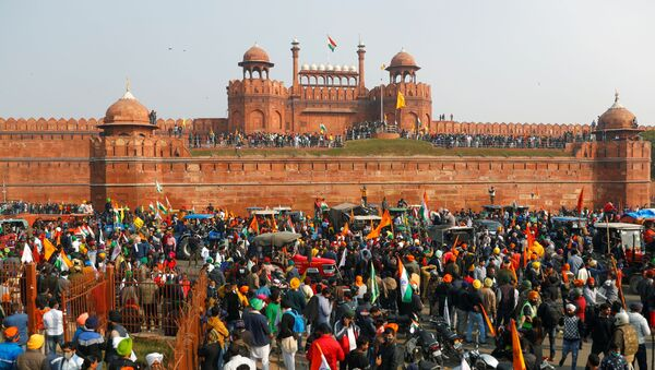 Farmers gather in front of the historic Red Fort during a protest against farm laws introduced by the government, in Delhi, India, January 26, 2021.  - Sputnik International