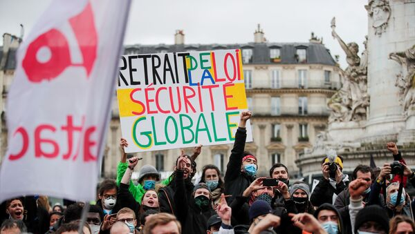A person holds a placard reading ''withdrawal of the global security law'' during demonstration against the Global Security Bill'', that right groups say would make it a crime to circulate an image of a police officer's face and would infringe journalists' freedom in the country, in Paris, France, January 30, 2021 - Sputnik International