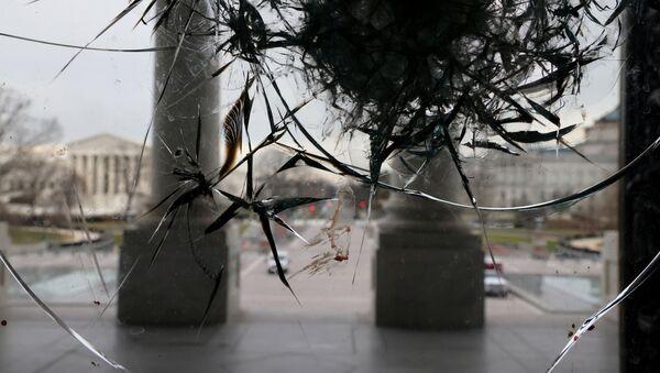 Riot damage is visible on the Rotunda doors of the U.S. Capitol in Washington, U.S. January 8, 2021 - Sputnik International