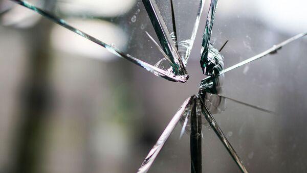 Cracks in glass after gunshot - Sputnik International