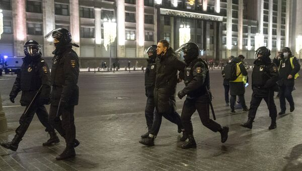 Police detain a man, with the the State Duma, the Lower House of the Russian Parliament, in the background in Moscow, Russia, Tuesday, Feb. 2, 2021. - Sputnik International