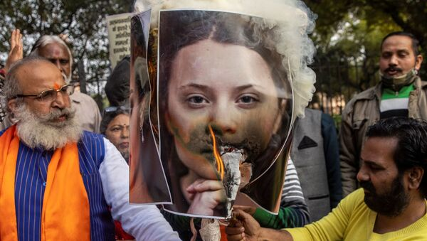 Activists from United Hindu Front burn an effigy depicting climate change activist Greta Thunberg to protest against the celebrities for commenting in support of protesting farmers, in New Delhi - Sputnik International