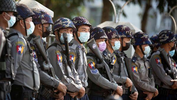 Police officers wait for protests against coup in Yangon, Myanmar 4 February 2021. REUTERS/Stringer - Sputnik International