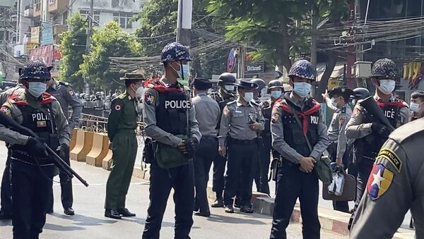 In this image made from video, Myanmar police block the road to prevent protesters from marching forward Saturday, Feb. 6, 2021 in Yangon, Myanmar - Sputnik International