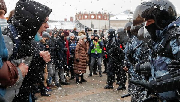 Protestors face off law enforcement officers during a rally in support of Alexei Navalny in Moscow, Russia January 31, 2021. - Sputnik International