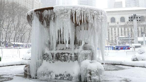 Покрытый льдом мемориальный фонтан Джозефины Шоу Лоуэлл в Нью-Йорке  - Sputnik International