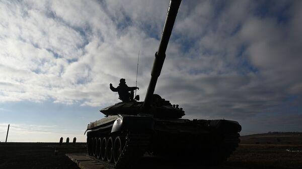 A T-72B3 tank operated by a crew  - Sputnik International