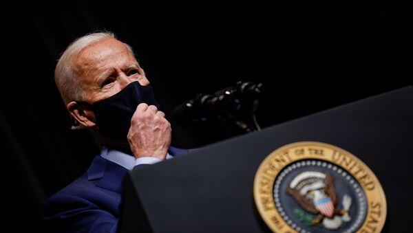 U.S. President Joe Biden removes his mask to address NIH staff during a visit to NIH in Bethesda, Maryland, U.S., February 11, 2021.  - Sputnik International