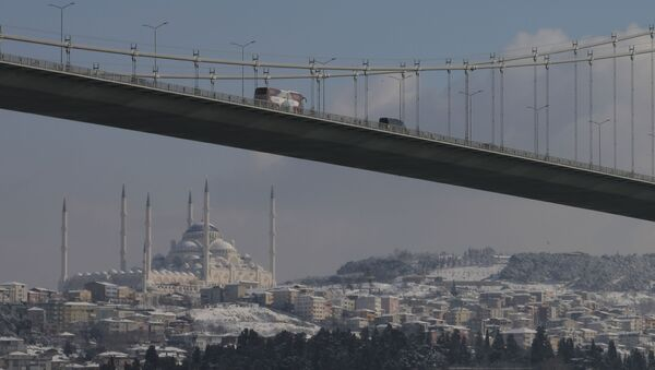 Vehicles cross Istanbul's July 15th Martyrs' Bridge, formerly known as Bosporus Bridge backdropped by the Camlica Mosque, covered in snow, Monday, Jan 18, 2021. - Sputnik International
