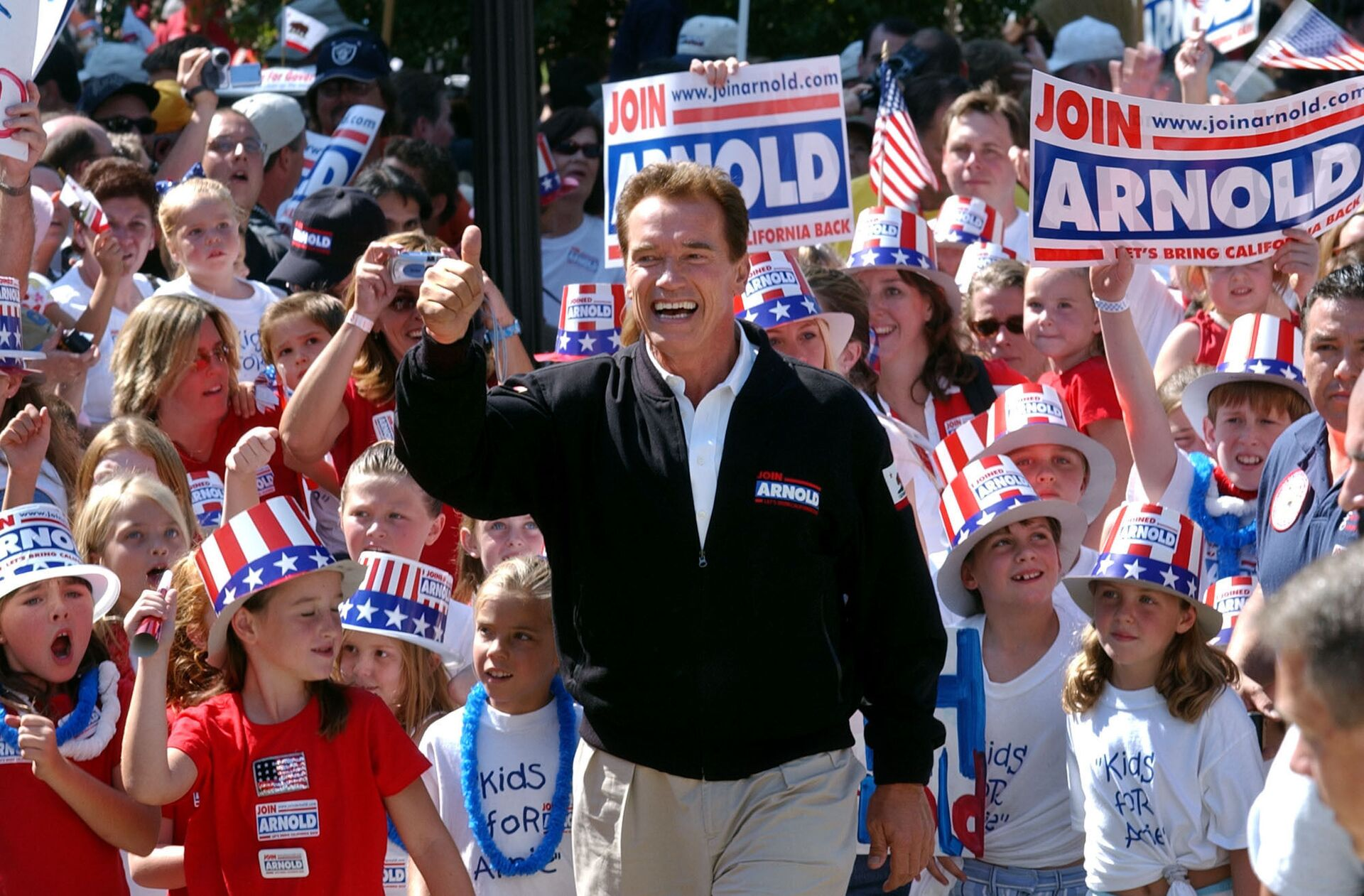 In this Oct. 5, 2003, file photo, Republican candidate for California governor Arnold Schwarzenegger walks up the steps to the state Capitol surrounded by children and waving to supporters during a campaign rally in Sacramento, Calif. California Gov. Gavin Newsom is facing a possible recall election as the nation's most populous state struggles to emerge from the coronavirus crisis - Sputnik International, 1920, 14.09.2021