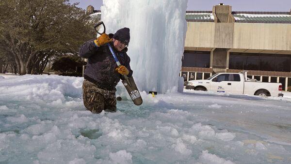 City of Richardson worker Kaleb Love breaks ice on a frozen fountain Tuesday, Feb. 16, 2021, in Richardson, Texas - Sputnik International
