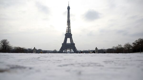 Snow covers the Trocadero gardens with the Eiffel Tower in the background, in Paris, Wednesday, Feb. 10, 2021 - Sputnik International