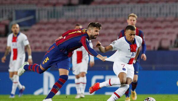 Paris St Germain's Kylian Mbappe in action with Barcelona's Gerard Pique in Barcelona, Spain on16 February 2021. - Sputnik International