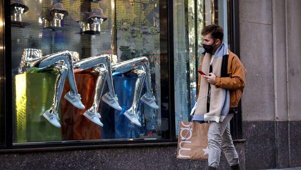 A man shops, during the coronavirus disease (COVID-19) pandemic, on 5th Avenue in New York, U.S., February 17, 2021.  - Sputnik International
