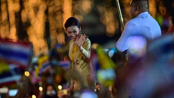 Thailand's Queen Suthida waves to royalist supporters during a ceremony to commemorate the birthday of the late Thai king Bhumibol Adulyadej at Sanam Luang in Bangkok on 5 December 2020 - Sputnik International