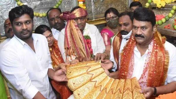 A 2.5 kg golden saree was presented to Balkampet Yellamma by the minister Talasani Srinivas Yadav on the occasion of the Chief Minister K Chandrasekhar Rao's birthday    - Sputnik International