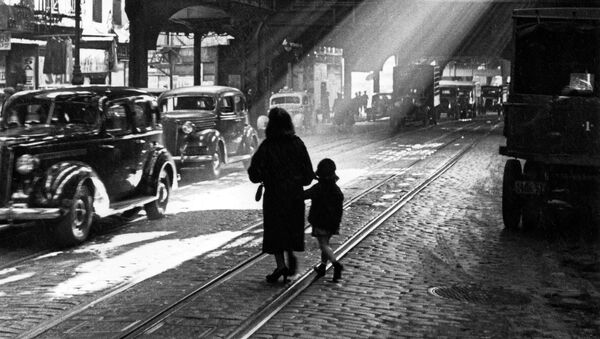 A woman and child walking through New York in the 1920s - Sputnik International
