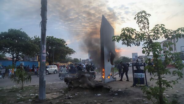 Residents set fire to mysterious monolith that appeared in Kinshasa, Democratic Republic of Congo February 17, 2021 - Sputnik International
