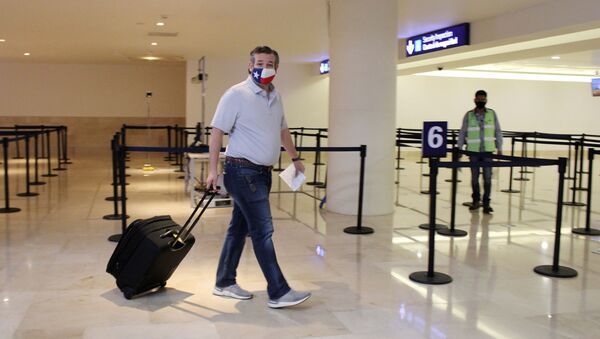 U.S. Senator Ted Cruz (R-TX) carries his luggage at the Cancun International Airport before boarding his plane back to the U.S., in Cancun, Mexico February 18, 2021.  - Sputnik International