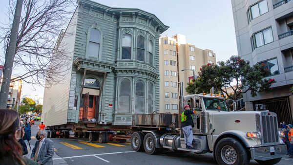 The 139-year-old Victorian house known as the Englander House is hoisted on a flat bed and pulled down Franklin Street towards its new location six blocks away, as the original site is to be used to build a 48-unit, eight-story apartment building, in San Francisco, California, U.S. February 21, 2021. - Sputnik International