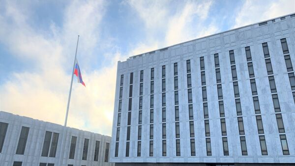Russian Embassy in US lowered its flag as a sign of solidarity with the American people mourning the loss of more than 500,000 lives due to the coronavirus pandemic - Sputnik International