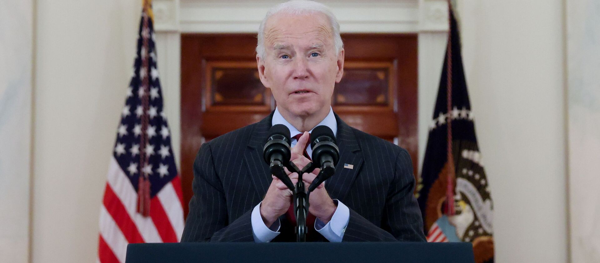 U.S. President Joe Biden delivers remarks in honor of the 500,000 U.S. deaths from the coronavirus disease (COVID-19), in the Cross Hall at the White House in Washington, U.S., February 22, 2021. - Sputnik International, 1920, 23.02.2021