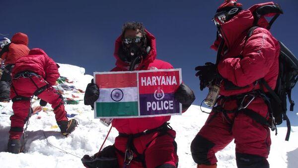 Kapil Ruhil atop Mt Everest with Indian Flag  - Sputnik International