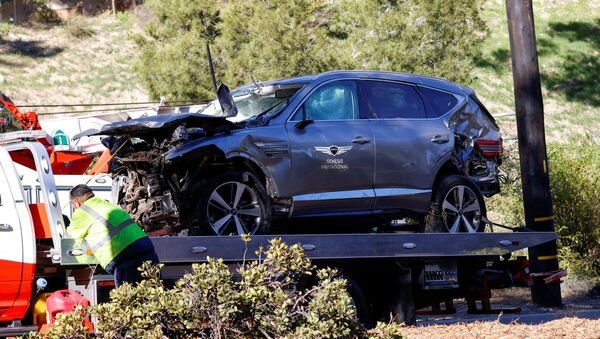 The damaged car of Tiger Woods is towed away after he was involved in a car crash, near Los Angeles, California, U.S., February 23, 2021. REUTERS/Mario Anzuoni  - Sputnik International