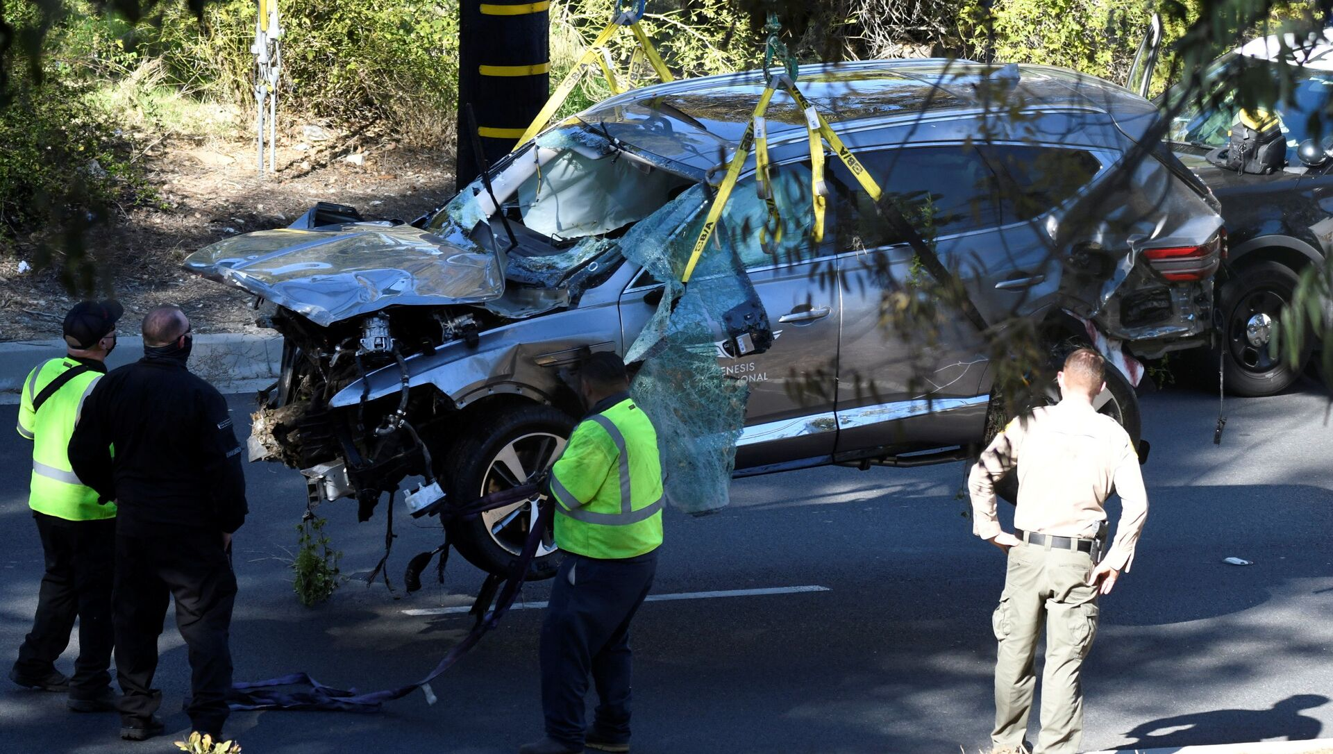 The vehicle of golfer Tiger Woods, who was rushed to hospital after suffering multiple injuries, is lifted by a crane after being involved in a single-vehicle accident in Los Angeles, California, U.S. February 23, 2021. - Sputnik International, 1920, 24.02.2021