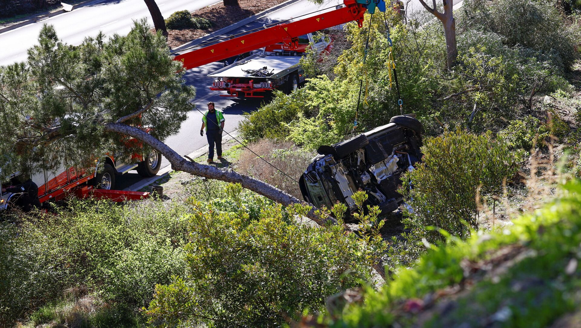 The overturned car of Tiger Woods is seen after he was involved in a car crash, near Los Angeles, California, U.S., February 23, 2021. REUTERS/Mario Anzuoni - Sputnik International, 1920, 24.02.2021