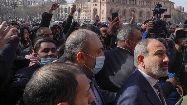 Armenian Prime Minister Nikol Pashinyan meets with participants of a gathering after he called on followers to rally in the centre of Yerevan, Armenia February 25, 2021 - Sputnik International
