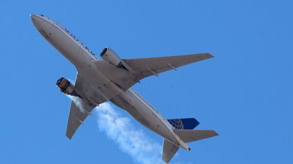 Пассажирский Boeing 777 авиакомпании United Airlines летит в горящим двигателем над Денвером  - Sputnik International