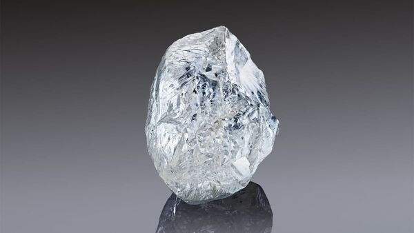 In this handout photo released by the Russian diamond producer Alrosa, a view shows a rare 242-carat rough diamond, which will be offered at the 100th international auction of Alrosa in Dubai on March 22, 2021 - Sputnik International