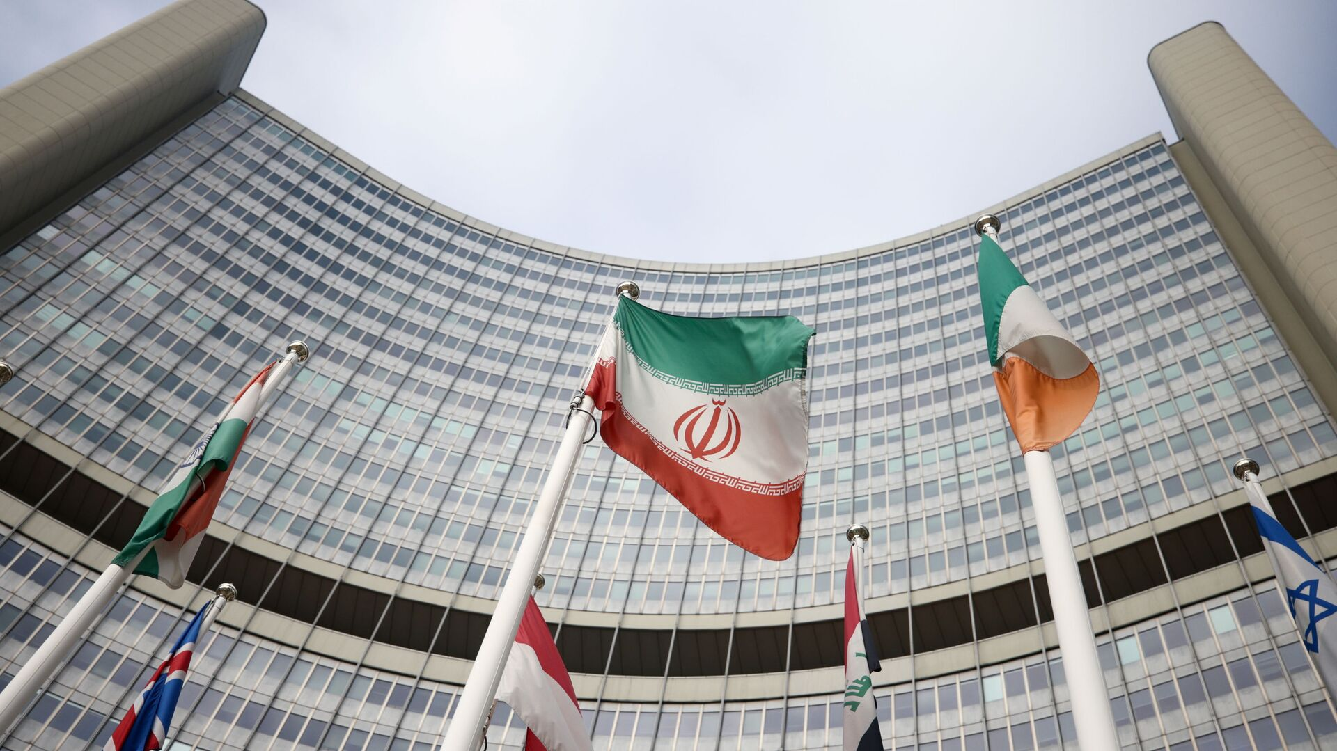 The Iranian flag waves in front of the International Atomic Energy Agency (IAEA) headquarters, amid the coronavirus disease (COVID-19) outbreak in Vienna, Austria, March 1, 2021. REUTERS/Lisi Niesner - Sputnik International, 1920, 27.09.2021