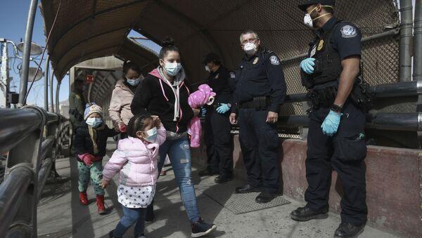 A migrant family crosses the border into El Paso, Texas, in Ciudad Juarez, Mexico, Friday, Feb. 26, 2021.  - Sputnik International