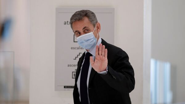 Former French President Nicolas Sarkozy waves during a break in his trial on charges of corruption and influence peddling, at Paris courthouse, France, November 30, 2020. - Sputnik International