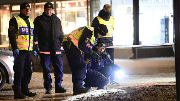 Police investigators work at the scene where a man attacked eight people with a sharp weapon, seriously injuring two, in the Swedish city of Vetlanda on 3 March 2021.  - Sputnik International