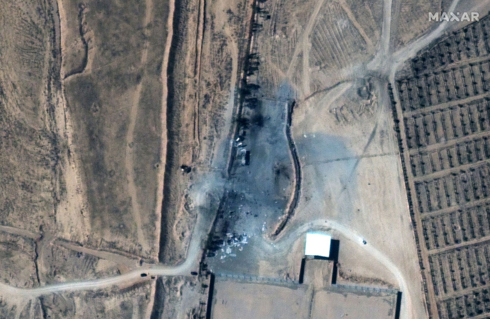 A close up view of destroyed buildings at an Iraq-Syria border crossing after airstrikes, seen in this February 26, 2021 handout satellite image provided by Maxar. - Sputnik International, 1920, 07.09.2021